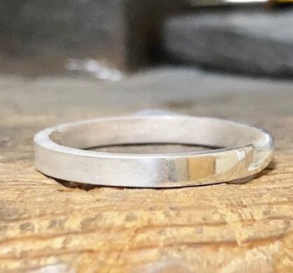 半分だけ光っている指輪
