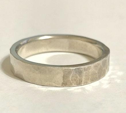 半分だけ黒ずみを落とした指輪