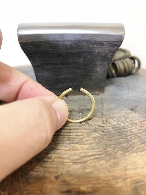 隙間のある真鍮のリング
