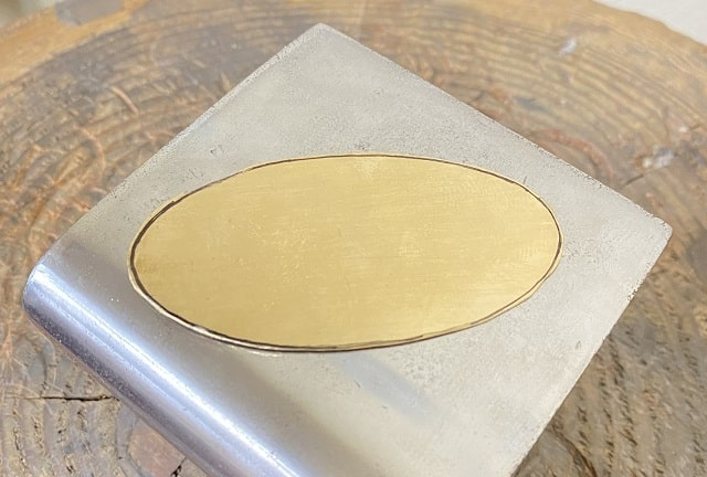 カットした真鍮の板