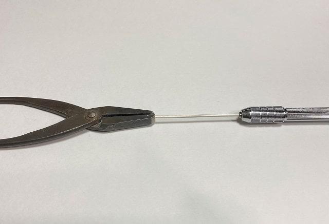 ヤットコで掴んだ銀の角棒