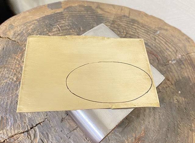 下書きした真鍮の板