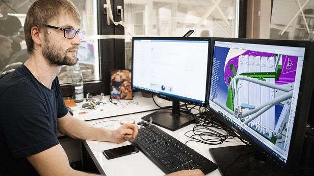 パソコンの前に座る男性