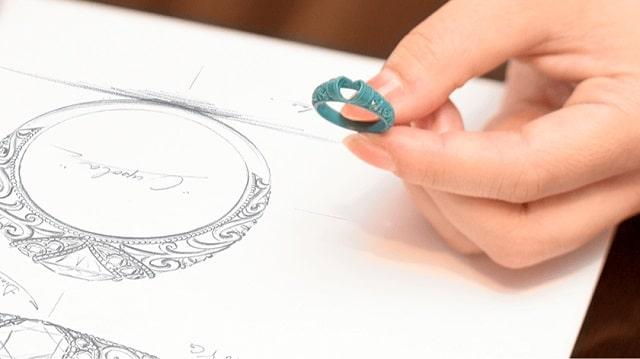 デザイン画と指輪の原型