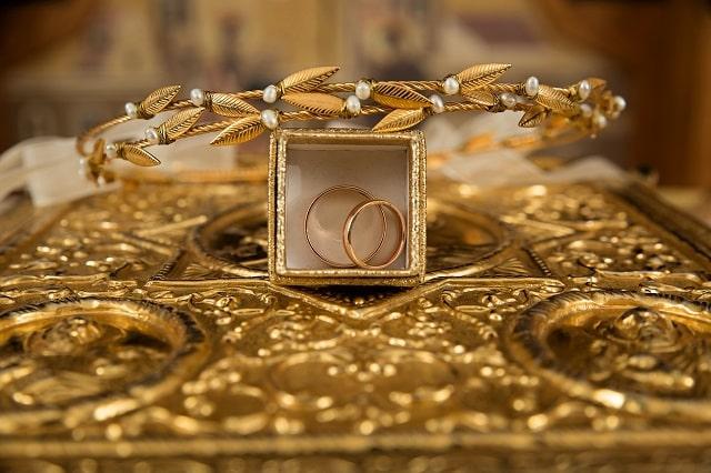 金の指輪と装飾