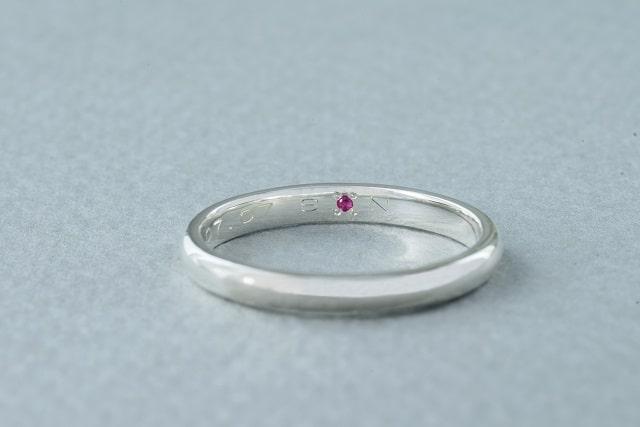 内面に彫刻した指輪
