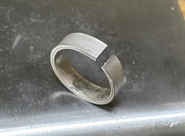 隙間の空いているシルバーのリング
