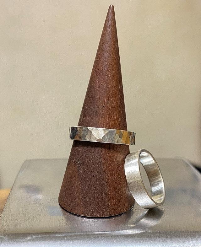 木の棒とシルバーのリング2本
