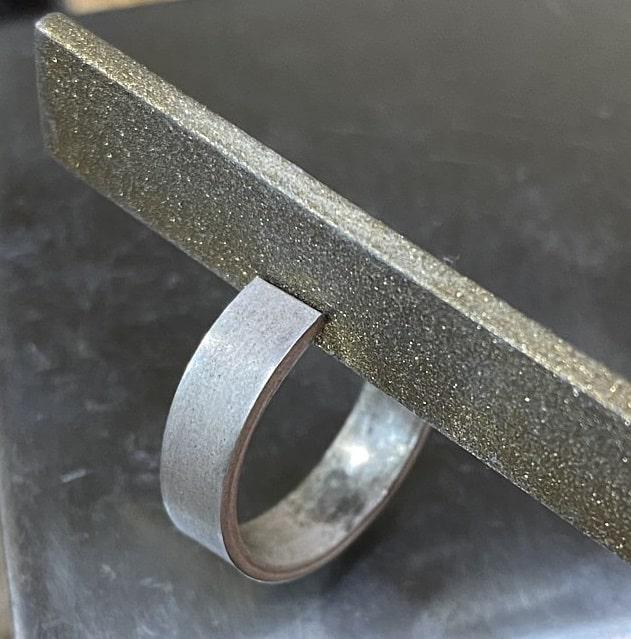 隙間を削っているシルバーのリング