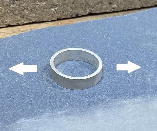 細かい紙ヤスリの上のリング