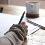 ノートに書きこんでいる手