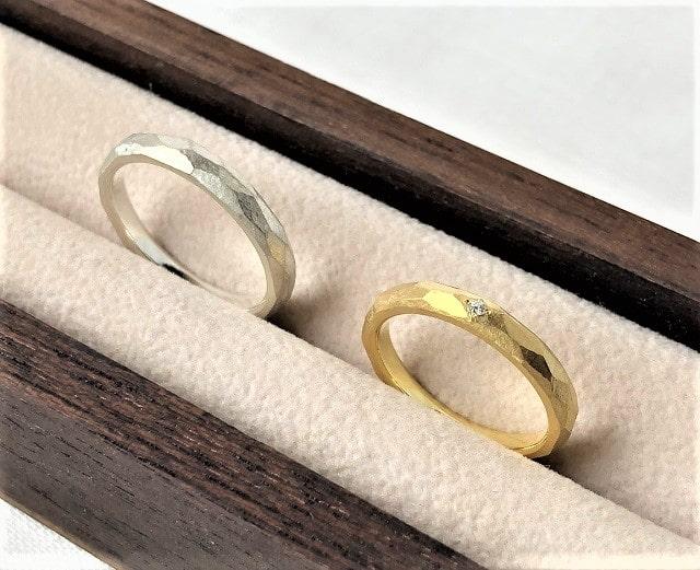 金色と銀色のマリッジリング