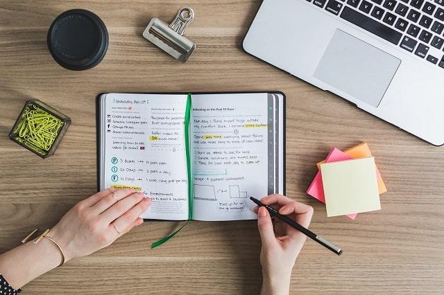 手帳とパソコンと付箋
