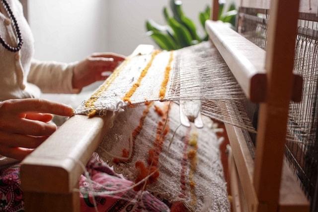 織物を織っているところ