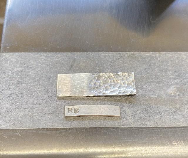 テクスチャーを付けた銀の板