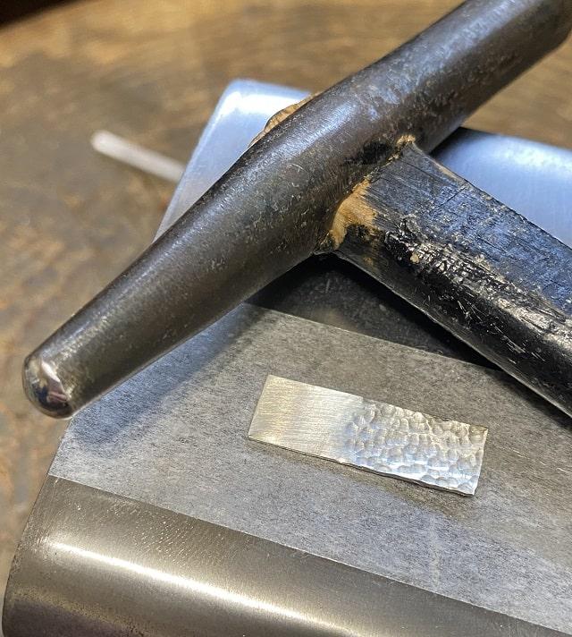 鎚目をつけた銀の板とイモ鎚