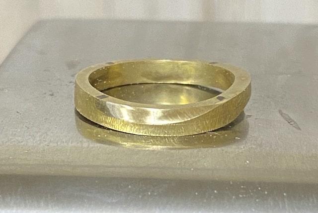 えぐった部分を綺麗にした指輪
