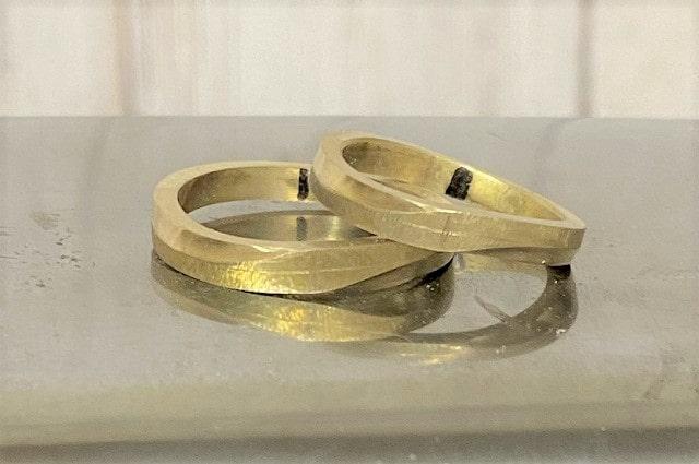 金床の上の真鍮の指輪