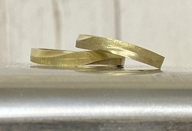 カーブしている2本の指輪