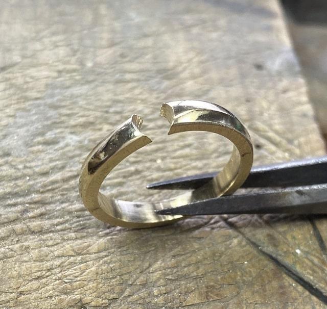 穴の開いた指輪
