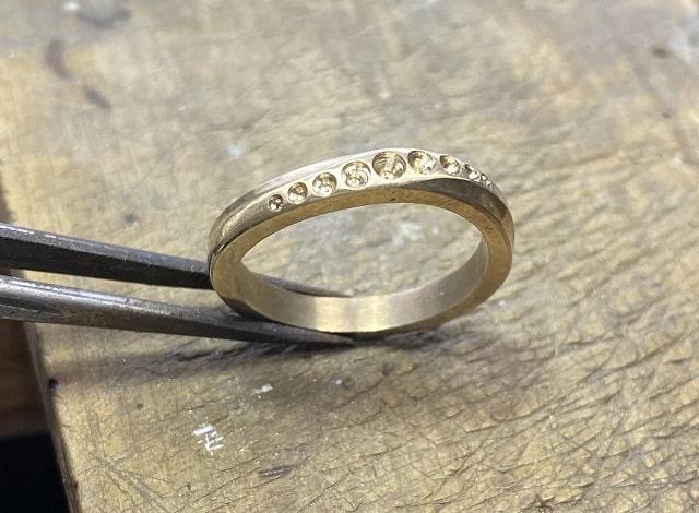 メレ用の下穴が開いた指輪