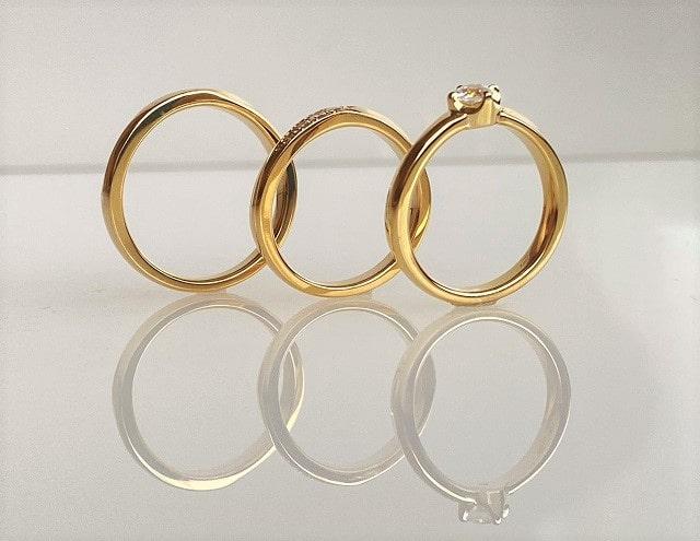 側面から見た真鍮の指輪