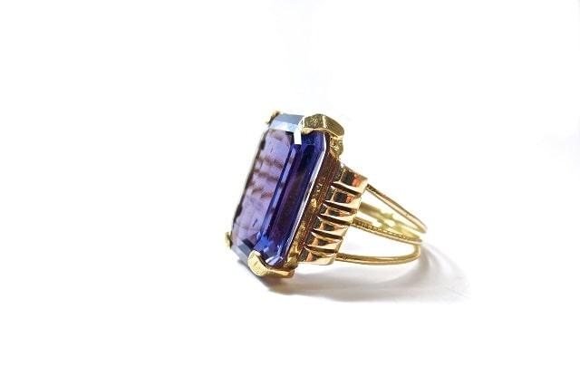 紫の宝石が付いた指輪