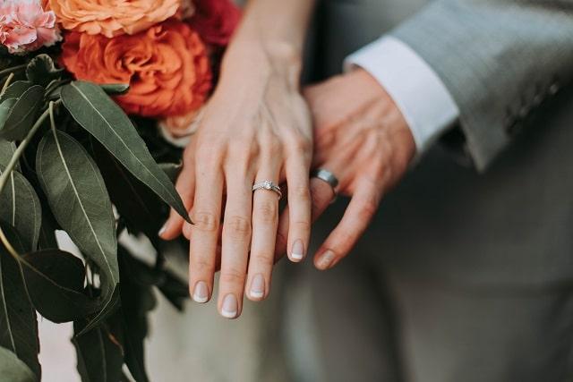 重ねた手と結婚指輪